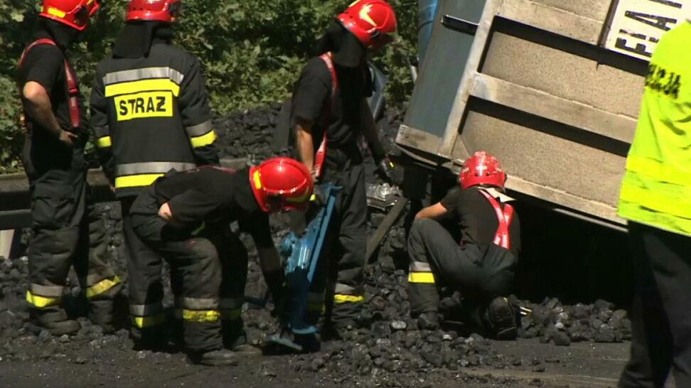 Ciężarówka z węglem przewróciła się na samochód osobowy. Kierowca nie żyje