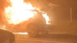 Samochód w płomieniach na S5