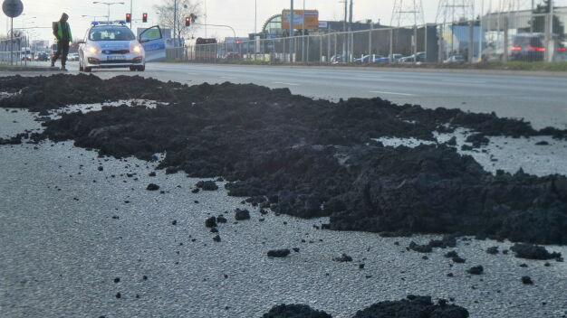 Odpady z oczyszczalni na 200 metrach ulicy. Wypadły z ciężarówki