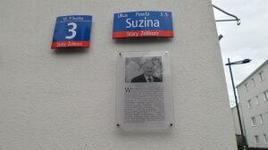 Kaczyński uśmiecha się z tablicy MSI. Zmniejszyli czcionkę, zmieścili zasługi