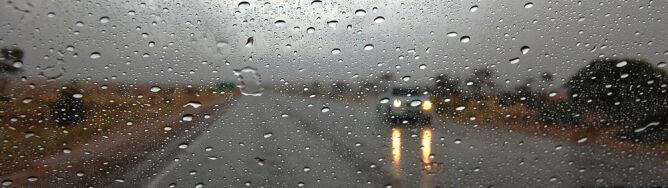 W całym kraju ograniczona widzialność. <br />Na drogach ślisko od deszczu
