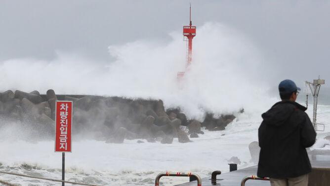Silny wiatr i wysokie fale. Do Korei Południowej zbliża się tajfun Maysak